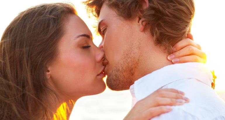 стариками смотреть как парень целует девушку взасос стоя коленях